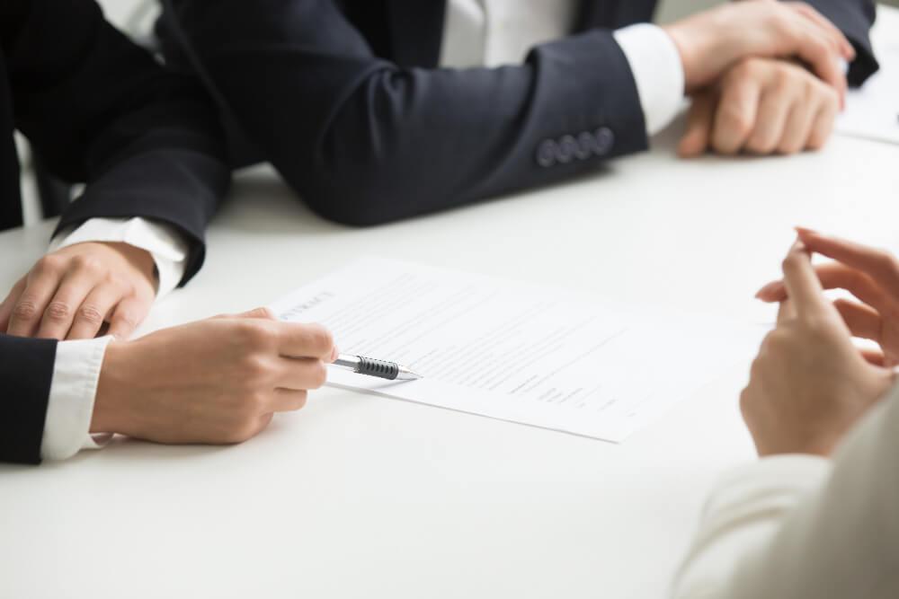 Doradca kredytowy czy doradca bankowy – kogo wybrać?